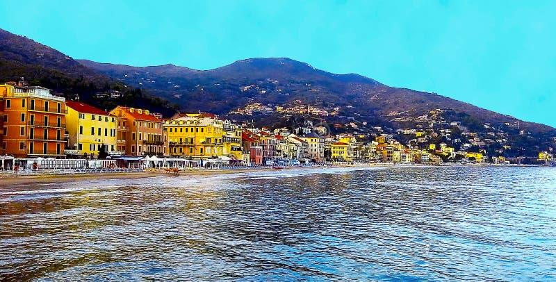 Schöne Ansicht des Meeres und der Stadt von Alassio mit bunten Gebäuden, Ligurien, Italiener Riviera, Cote d'Azur, Italien stockbild