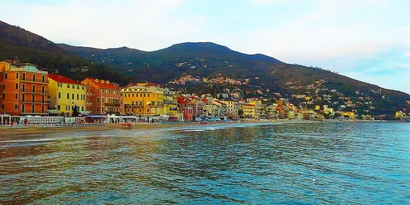 Schöne Ansicht des Meeres und der Stadt von Alassio mit bunten Gebäuden, Ligurien, Italiener Riviera, Cote d'Azur, Italien stockbilder