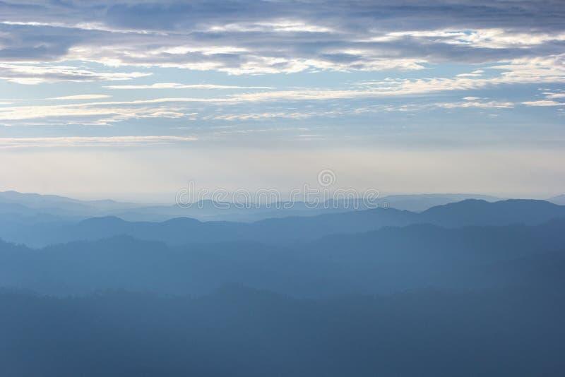Schöne Ansicht des Morgennebels, der die Täler von glatten Hügeln füllt stockfotografie