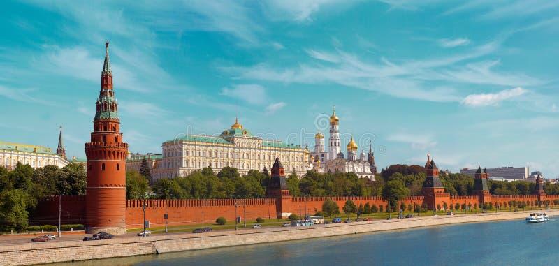 """Schöne Ansicht des Moskaus der Kreml von der Brücke auf dem Moskau-Fluss †""""Panorama lizenzfreie stockfotografie"""