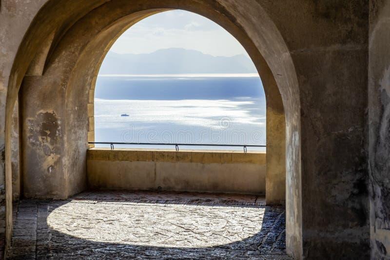 Schöne Ansicht des Ozeans durch die Bögen eines Balkons lizenzfreies stockbild