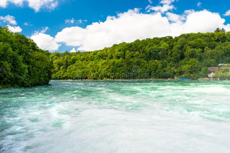 Schöne Ansicht des Rheins im Türkis, an der Quelle in der Schweiz, gerade hinter dem größten Wasserfall in Europa stockfoto