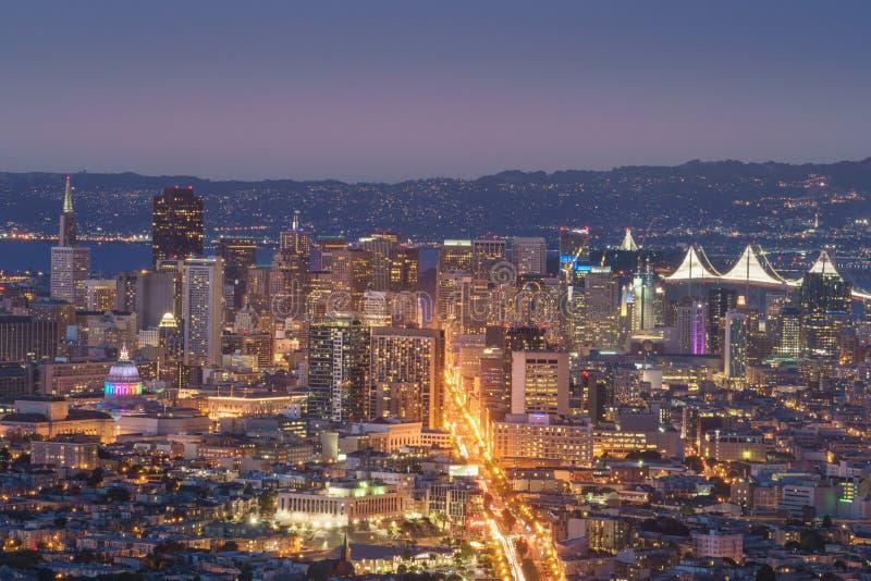 Schöne Ansicht des Sonnenuntergangs in San Francisco von den Doppelspitzen und von Fahrwerk stockbilder