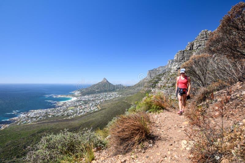 Schöne Ansicht des Vororts der Lager bellen und Löwe ` s Kopf- und Tafelbergrecht in Cape Town lizenzfreies stockbild