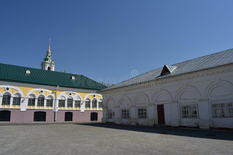 Schöne Ansicht Kostroma des Einkaufssäulengangs öffnet sich vom Quadrat, vom weißen Säulengang, vom Glockenturm und von der Haube lizenzfreie stockfotos