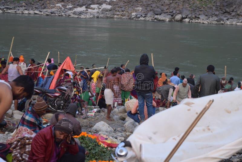 Schöne Ansicht nahe Fluss mit Leuten lizenzfreies stockbild