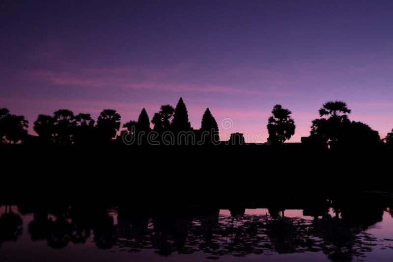 Schöne Ansicht Schattenbild Angkor Wat in Kambodscha während des Sonnenaufgangs stockfotos