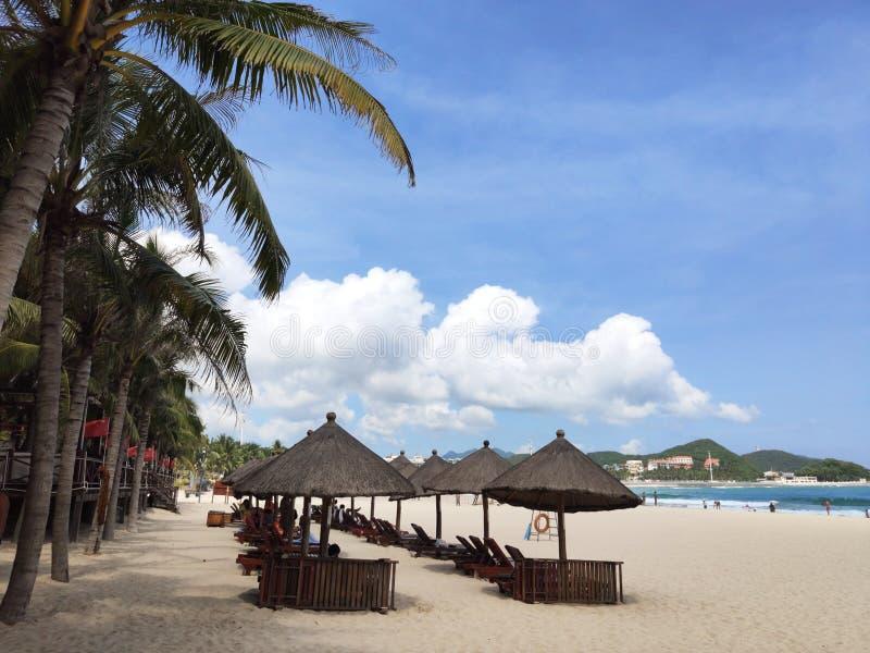 schöne Ansicht tropischen Dadonheis-Strandes mit mit Stroh gedeckten Regenschirmhäusern stockfotografie