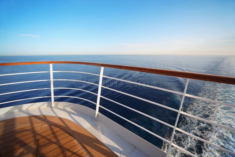 Schöne Ansicht vom Heck des großen Kreuzschiffs lizenzfreie stockfotografie