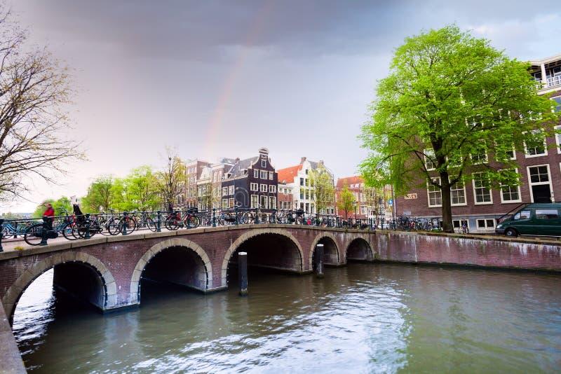 Schöne Ansicht von Amsterdam auf dem Flusskanal lizenzfreies stockfoto