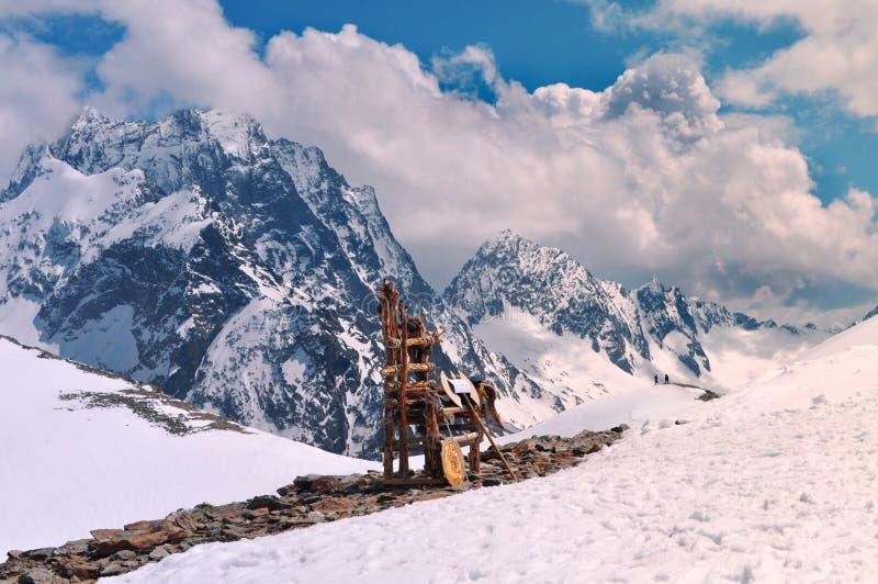 Schöne Ansicht von Berglandschaft und von hölzernem Thron auf dem Berg: Gebirgszüge, weiße Wolken stockbilder