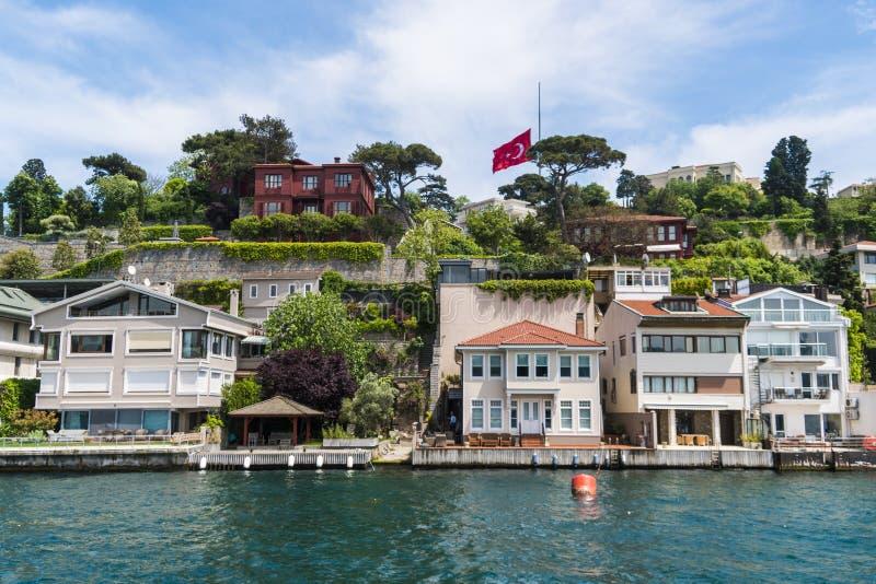 Schöne Ansicht von Bosphorus-Küstenlinie in Istanbul mit vorzüglichen Holzhäusern und Boot stockfotografie