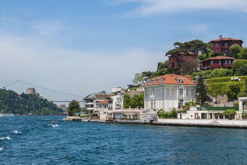 Schöne Ansicht von Bosphorus-Küstenlinie in Istanbul mit vorzüglichen Holzhäusern und Boot stockbilder