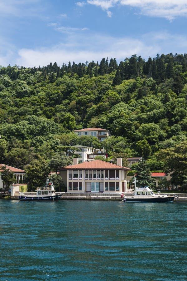 Schöne Ansicht von Bosphorus-Küstenlinie in Istanbul mit vorzüglichen Holzhäusern und Boot stockbild