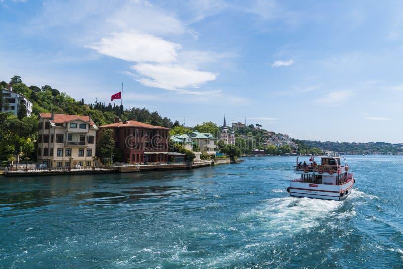 Schöne Ansicht von Bosphorus-Küstenlinie in Istanbul mit vorzüglichen Holzhäusern und Boot lizenzfreie stockfotos