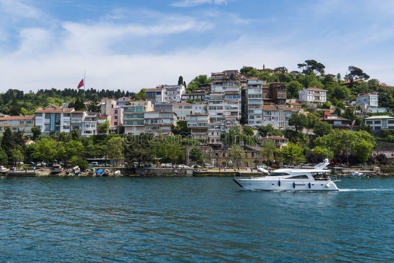 Schöne Ansicht von Bosphorus-Küstenlinie in Istanbul mit vorzüglichen Holzhäusern und Boot lizenzfreies stockfoto