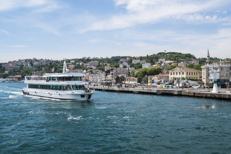 Schöne Ansicht von Bosphorus-Küstenlinie in Istanbul mit vorzüglichen Holzhäusern und Boot stockfoto