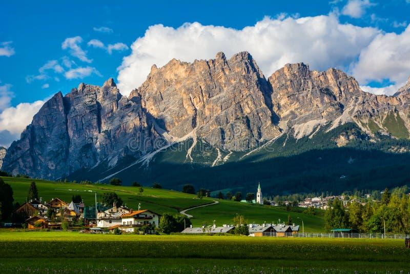 Schöne Ansicht von Cortina d'Ampezzo Stadt mit alpiner grüner Landschaft und von enormen Dolomit-Alpen im Hintergrund Provinz von lizenzfreie stockfotografie