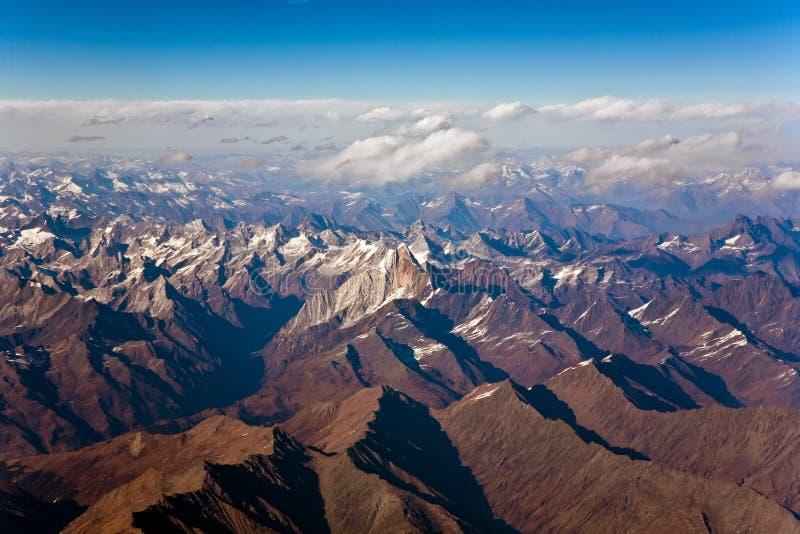 Schöne Ansicht von den Flugzeugen zu den Bergen des Himalajas stockfotografie