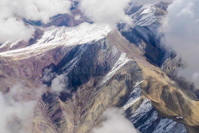Schöne Ansicht von den Flugzeugen zu den Bergen von Himalaja lizenzfreie stockfotografie