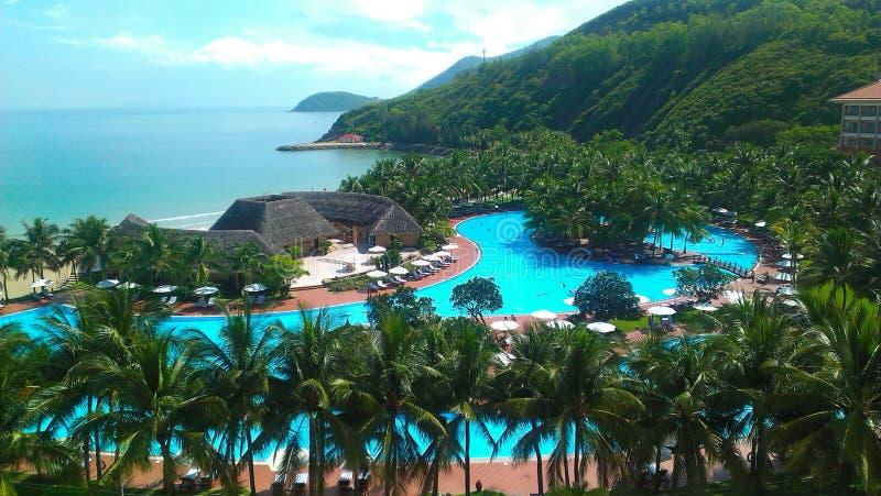 Schöne Ansicht von der Höhe des Hotelgebiets auf der Insel stockbild