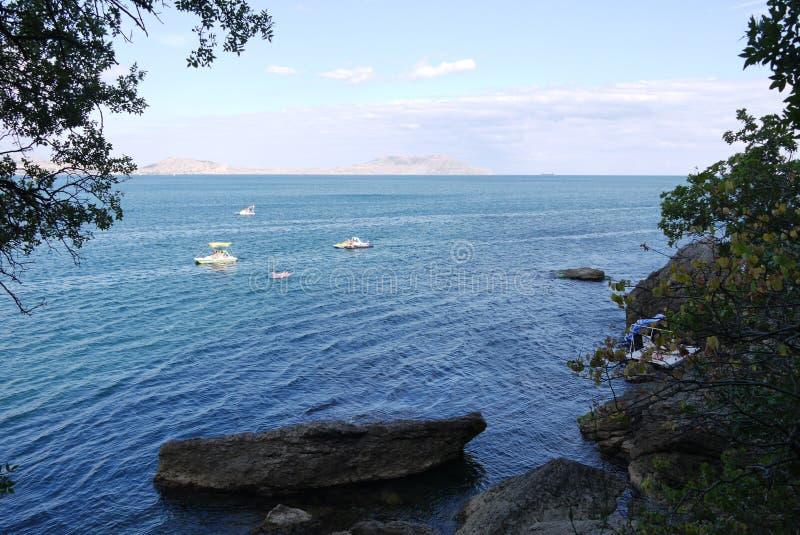Schöne Ansicht von der Küste mit den großen Flusssteinen, die im Wasser auf den Touristen schwimmen auf Katamarann auf einem klar lizenzfreie stockfotos