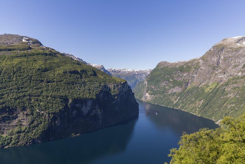 Schöne Ansicht von Geiranger-Fjord von Standpunkt Ornesvingen - Eagle Roads lizenzfreies stockfoto
