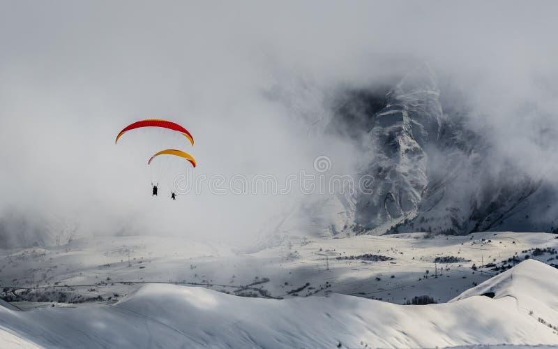 Schöne Ansicht von Gleitschirmfliegen in den Bergen stockbild