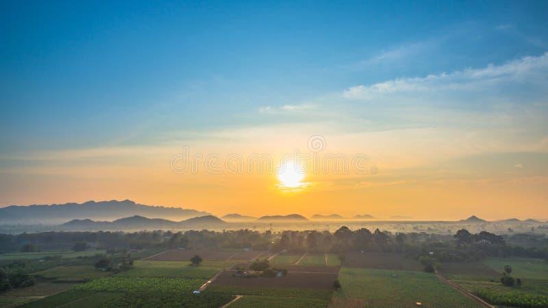 schöne Ansicht von grünen Feldern lizenzfreie stockbilder