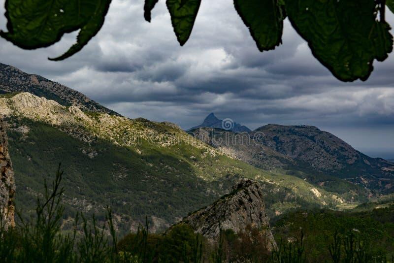 Schöne Ansicht von Guadalest zu den moutains während des bewölkten Tages stockfotografie