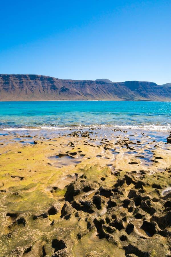 Schöne Ansicht von La Graciosa-Insel auf Lanzarote-Küste in den Kanarischen Inseln stockbilder