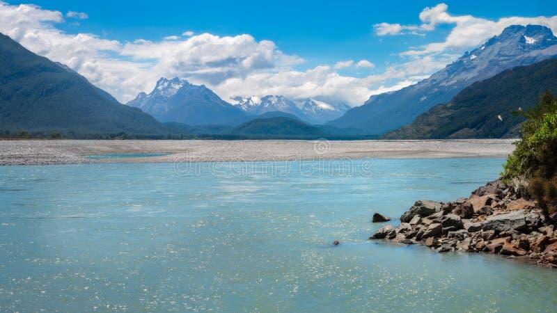 Schöne Ansicht von Pfeil-Fluss und das Ende von Routeburn-Bahn in Neuseeland stockfotos