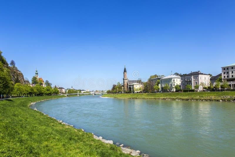 Schöne Ansicht von Salzburg-Skylinen und von Salzach-Fluss lizenzfreies stockfoto