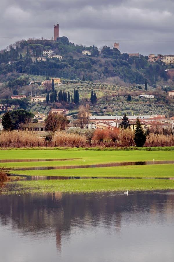 Schöne Ansicht von San Miniato, Pisa, Toskana, Italien, mit der überschwemmten Ebene unten stockfoto