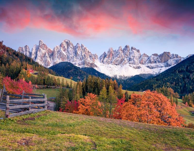 Schöne Ansicht von Santa Maddalena-Dorf vor der Dolomit-Gruppe Geisler oder Odle Bunter Herbstsonnenuntergang in den Dolomiten lizenzfreies stockbild