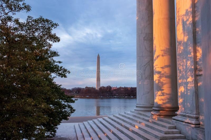 Schöne Ansicht von Schatten und von Sonnenuntergang auf Jefferson Memorial mit Washington Monument im Hintergrund lizenzfreie stockbilder