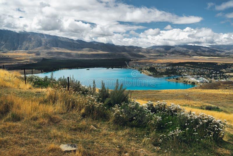 Schöne Ansicht von See Tekapo und von See Tekapo-Dorf, Neuseeland stockbilder