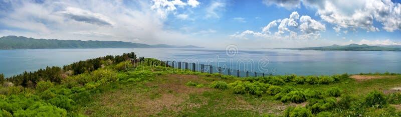 Schöne Ansicht von Sevan See mit Türkiswasser und grünen Hügeln, Sevan, Armenien stockfoto