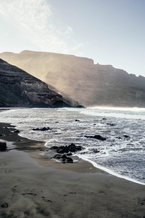 Schöne Ansicht von Strand Playa de Orzola in Lanzarote-Insel lizenzfreie stockfotografie