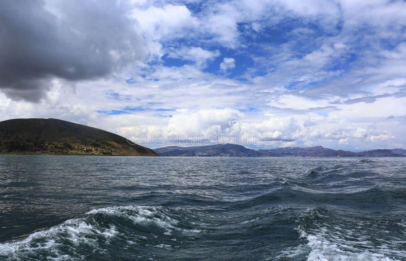 Schöne Ansicht von Titicaca See nahe Puno, Peru lizenzfreie stockfotos