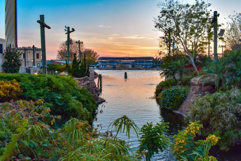 Schöne Ansicht von Ufergegend und von bayside Stadion auf buntem Sonnenunterganghintergrund bei Seaworld in internationalem Antri stockfotografie
