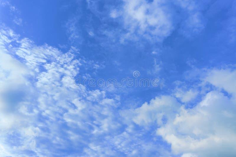 Schöne Ansicht von weißen flaumigen Wolken auf einem klaren Hintergrund des blauen Himmels Naturwetter auf dem blauen Himmel der  stockbild