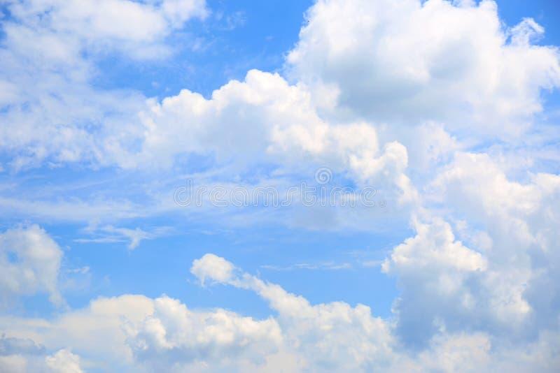 Schöne Ansicht von Wolken des blauen Himmels stockbilder