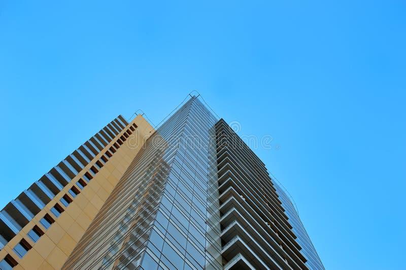 Schöne Ansicht von Wolkenkratzern auf Himmelhintergrund lizenzfreies stockbild