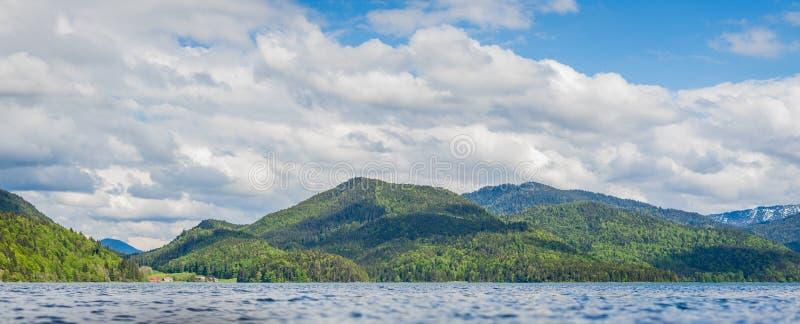 Schöne Ansicht zu den Bergen am Seeufer stockfotos