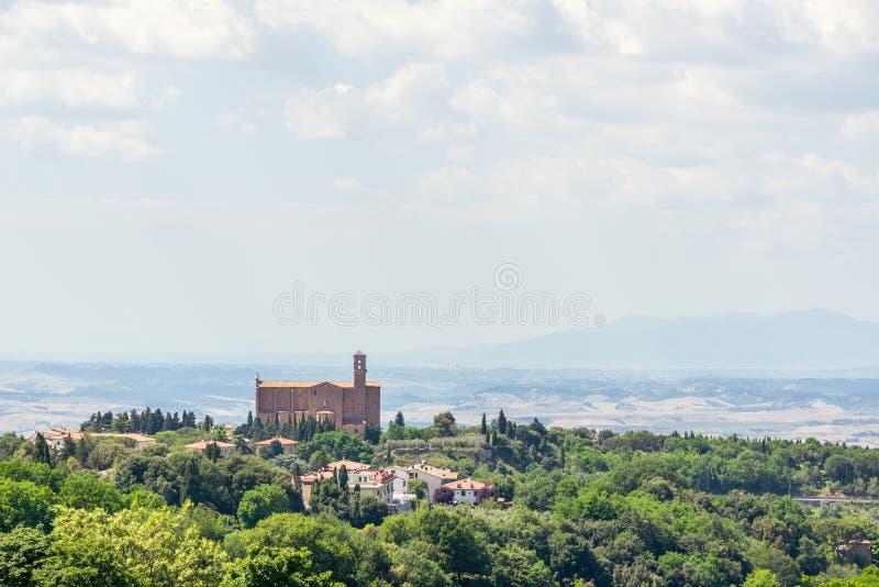 Schöne Ansicht zu Toskana-Landschaft mit alter Kirche stockbilder