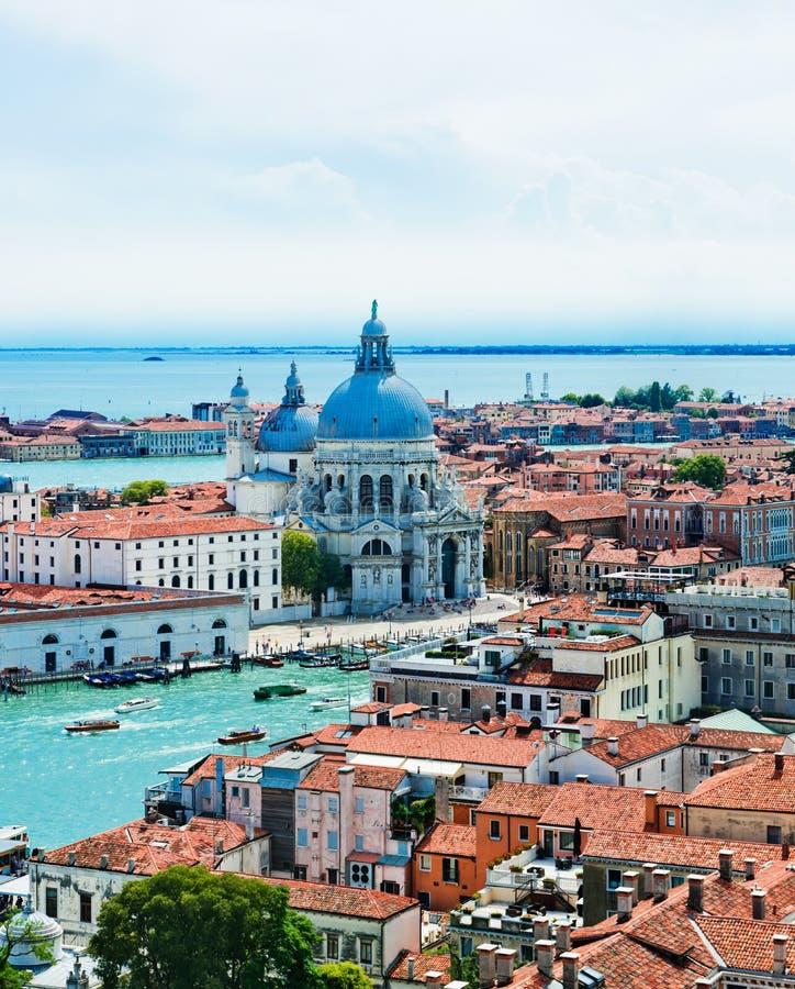 Schöne Ansichten der Häuser Venedig mit roten Ziegeldächern lizenzfreies stockfoto