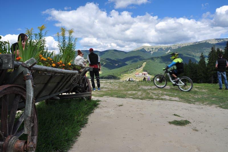 Schöne Ansichten von Karpatenbergen, Leute, Radfahrer stockbilder