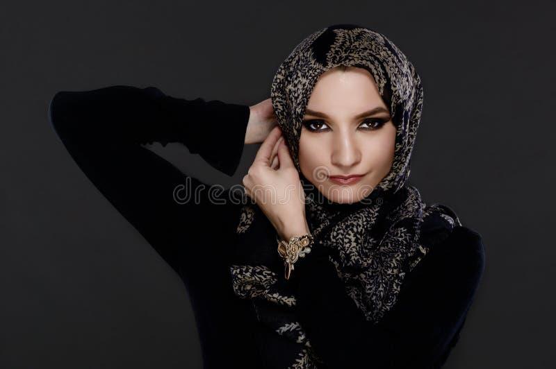 Schöne arabische Frau, die Abaya trägt stockbilder