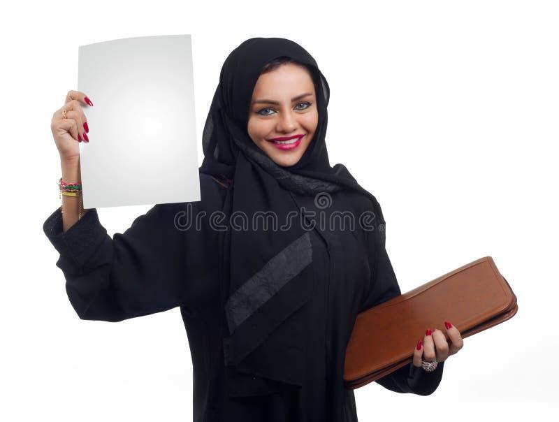 Schöne arabische Frau, die einen Ordner lokalisiert auf Weiß hält lizenzfreie stockfotografie